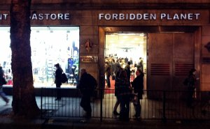 L'exterior (nocturn) de la botiga